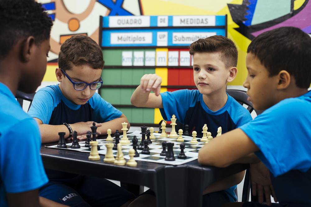 Alunos jogando xadrez na unidade Elite Iguaçuano