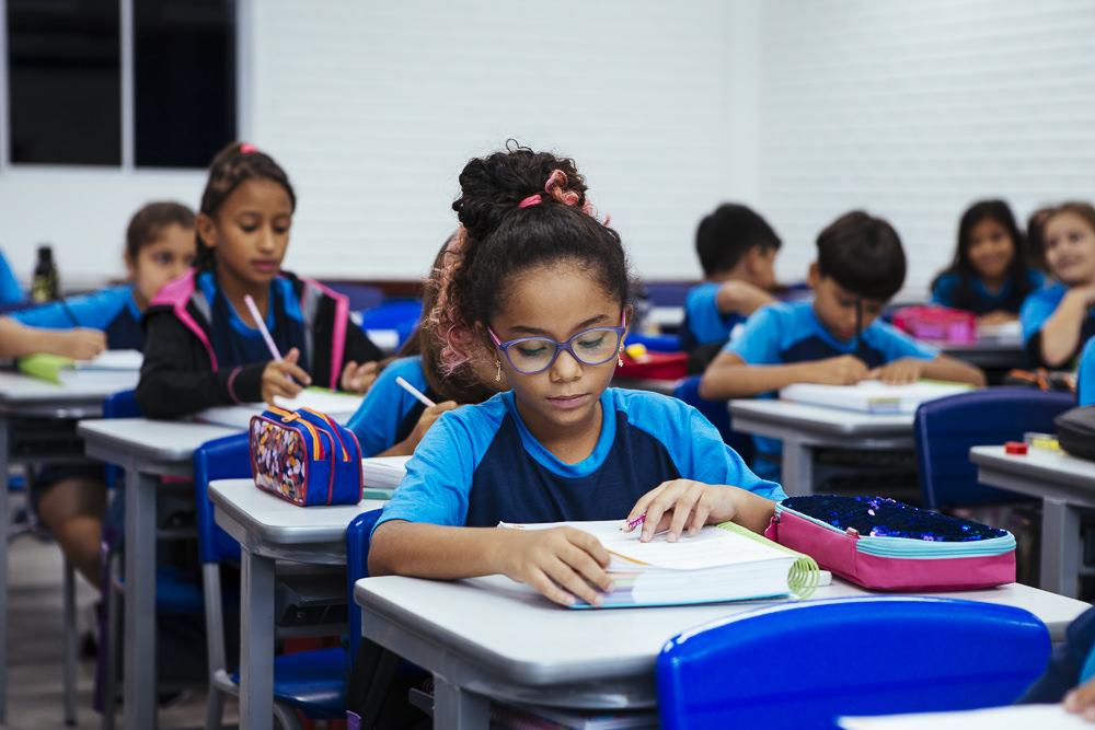 Aluna estudando em sala de aula