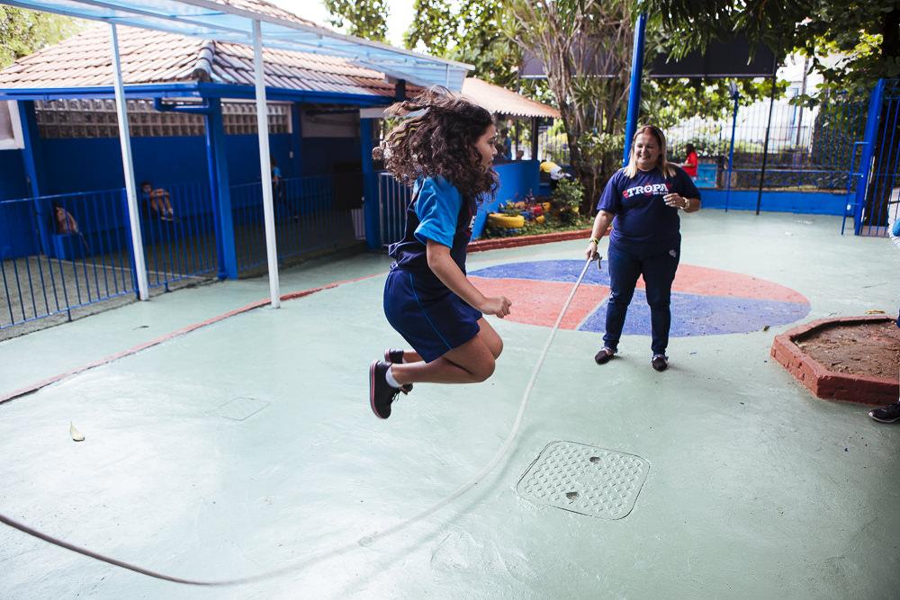 Aluna pulando corda no recreio