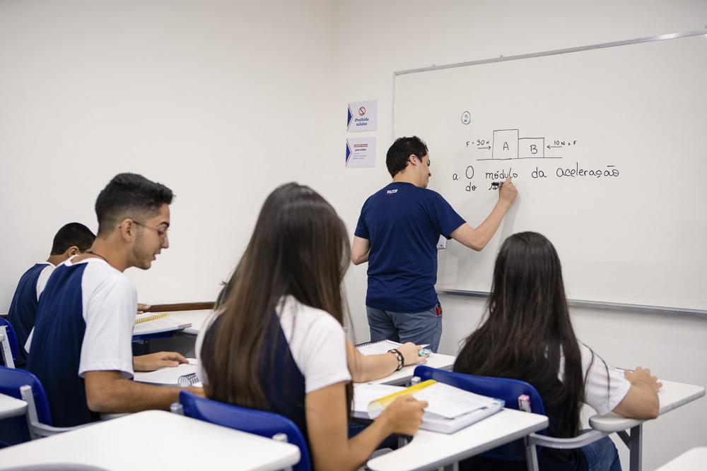 Alunos estudante na sala de aula do Elite Norte Shopping