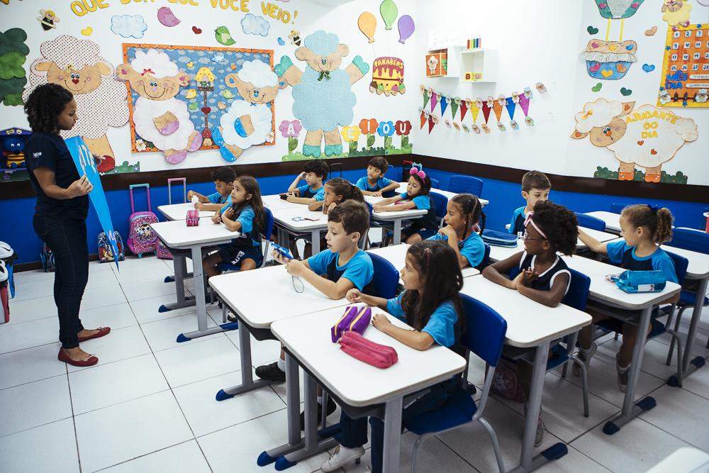 Alunos em sala de aula no Elite Saens Pena