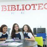 Alunos estudando em grupo no Elite Guará