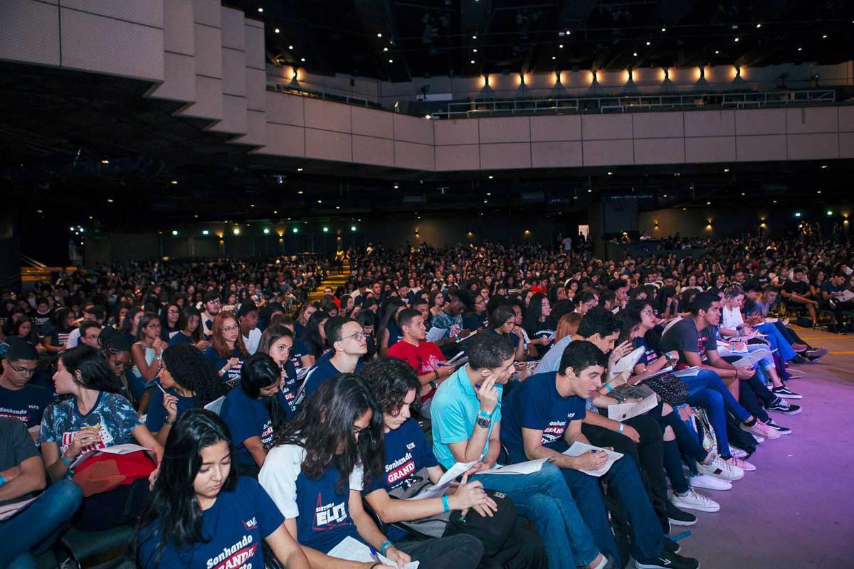 Plateia do Aulão Enem 360°no KM de vantagens Hall