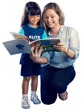Professora lendo livro para aluna