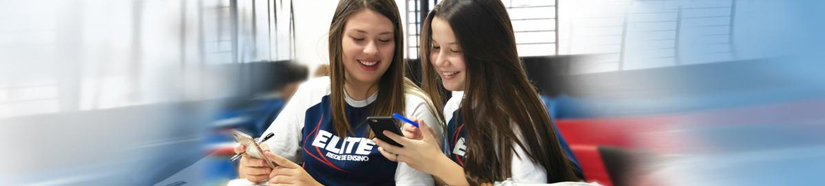 Alunas lendo pelo celular as notícias do site Elite